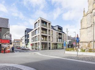 Bent u op zoek naar een nieuw twee slaapkamer appartement op het derde verdiep met prachtig zicht over de Hoppestad Poperinge en dit op 50m van de Gro
