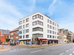 Vernieuwd woonappartement (bewoonbare opp: 84m²) gelegen in hartje Mariakerke nabij vele winkels en openbaar vervoer. Bushalte op minder dan 100
