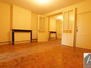 Zeer goed gelegen nabij het bospark, een te renoveren appartement van 76 m². Het bestaat uit een prachtige gevel, een woonkamer eetkamer met uitz