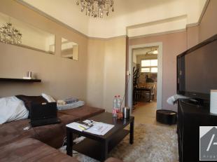 In een flatgebouw, in de straat Joseph Vandevelde in Schaarbeek, bevindt zich dit appartement van 58 m2 met twee kamers. Recht tegenover een school, d