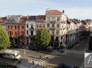 Op de prachtige plaats Van Meenen, in het hart van Sint-Gillis, op de 3e verdieping van een herenhuis, ligt dit mooie appartement met twee slaapkamers