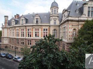 Gelegen in de buurt van het stadhuis van Sint-Gillis, op het prachtige Van Meenenplein, zeer licht appartement op de tweede verdieping.Het bestaat uit