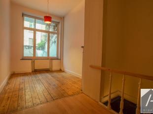 Op het plein van meenen, op de begane grond van een flatgebouw, bevindt zich deze begane grond met een binnenplaats.<br /> De ingang kijkt uit op een