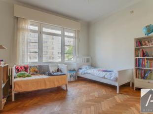 Sur l'avenue Broqueville, à hauteur de Gribaumont, sur un superbe immeuble de coin, au 1er étage, se trouve ce bel appartement 3 chambre