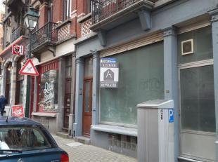 Agréablement bien situé dans une rue commerçante, à 150 m du Parvis de Saint-Gilles, commerce de 40 m² avec une belle
