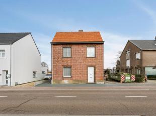 Te renoveren open bebouwing met 5 are op strategische locatie Deze charmante woning dient gerenoveerd te worden en heeft volgende indeling: woonkamer