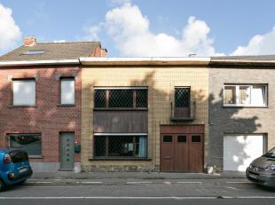 Woning met atelier, 3 volwaardige slaapkamers en garage. Deze te renoveren gesloten bebouwing is centraal gelegen in Baasrode/Dendermonde nabij de vlo