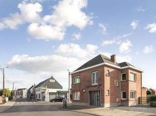 Centraal gelegen open bebouwing met 3 slaapkamers, tuin en uitzonderlijk ruime parkeergelegenheid. De woning heeft volgende indeling op het gelijkvloe