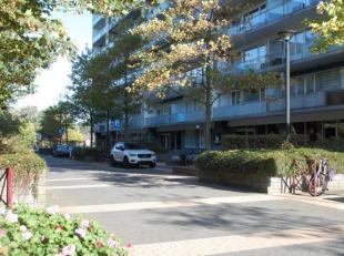 Op wandelafstand van het centrum van Genk bevindt zich aan de Zonneweeldelaan, temidden van het groen, dit ruime appartement op de eerste verdieping.
