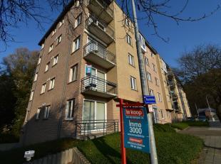 In Kessel-Lo staat een appartement te koop bij Immo3000 met 2 slaapkamers. Vanuit de aparte inkomhal met vestiaire en gastentoilet loopt u verder naar