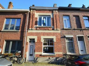 IN OPTIE: IMMO3000 heeft deze op te frissen rijwoning te koop in het centrum van Leuven. Achter deze charmante voorgevel komen we binnen in een inkomh