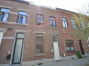 IMMO3000 stelt dit ruim huis in hartje Leuven te koop. Op het gelijkvloers vind je naast de inkomhal een eerste ruime slaapkamer die de mogelijkheid g