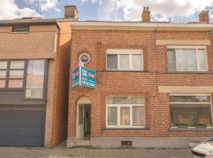 Immo3000 biedt deze gezellige woning vlak aan de stadsrand van Leuven te koop aan. GV: ruime inkomhal, toegang kelder, living met eetruimte, lichtrijk