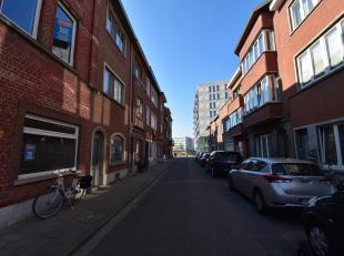 Immo3000 biedt deze gezellige woning te koop aan vlak aan de stadsrand van Leuven. Vanuit de inkomhal betreedt u de eerste slaapkamer, de living en ke