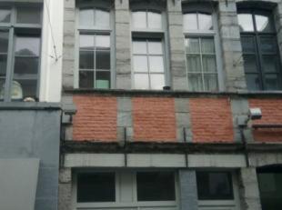 Chambre à louer en plein coeur de Tournai. Au 1er étage: Une chambre avec cuisine équipée (évier, four, taques, arm