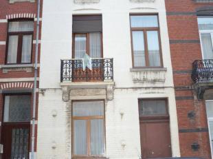 Située proche des facilités, très belle maison comprenant au rez-de-chaussée ; hall d'entrée, spacieux living, cuis