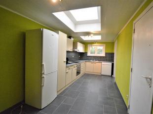 Maison de rangée comprenant ; hall d'entrée, salon, salle à manger, cuisine équipée avec coin repas, salle de bain