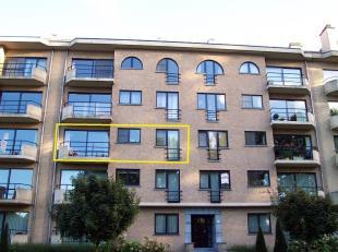 Mooi appartement (89 m2) met lift(2° verdiep), inkomhal, terras, 2 kamers, geïnstalleerde keuken (electr. vuurplaat, dampkap, frigo met afzon