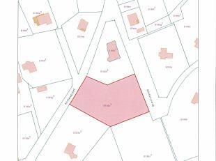 Een residentieel beboste bouwgrond in rustige doodlopende straat. 41a22ca met br. 50,00 m . Westelijk georiënteerd. Deels vlak (bebouwbare zone)