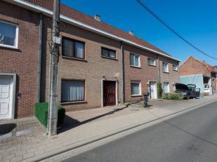 Deze instapklare en ruime gezinswoning met zuidgerichte stadstuin bevindt zich in het centrum van Avelgem, op wandelafstand van alle nodige voorzienin