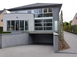 Deze moderne villawoning is heel centraal gelegen, op een boogscheut van verschillende invalswegen en vlakbij de E 314. Daarnaast is ze ook heel rusti