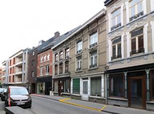 Deze woning van het type gesloten bebouwing is gelegen vooraan  in de Leuvensestraat te Diest, op een boogscheut van de Botermarkt (tussen de Kardinaa