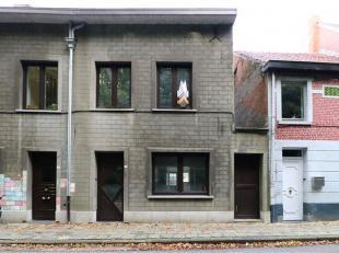 Zeer interessant gelegen woonhuis met 2 slaapkamers, leefruimte met open keuken, badkamer, aparte inkomhal en een afgewerkte zolderruimte. Deze gezell