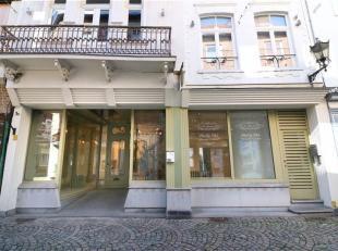 Deze winkelruimte is vooral aantrekkelijk door de gezellige locatie, temidden van het terug bruisende centrum van Diest. Ze heeft een brede gevel, waa