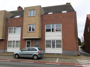 Gelijkvloers APPARTEMENT met 3 slaapkamers, ruim terras, kelder en afgesloten garage te huur in het centrum van Koersel, Albert I laan 39.<br /> Het a