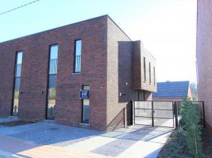 Te huur te Rijnrode 30a te Assent, een moderne, stijlvolle, halfopen bebouwing met terras, tuin en garage. Dit is een nieuwbouw woning. Via de inkomha
