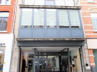 Karaktervol HANDELSHUIS met een bruikbare/bewoonbare oppervlakte van +/- 350m² met privé ingang te koop.<br /> Dit handelshuis is gelegen