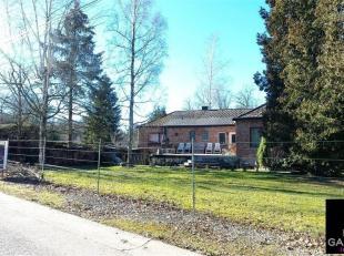 Grand pavillon implanté sur une parcelle de terrain de 3946 m² (terrain à bâtir compris dans le prix) dans le village bucoliq