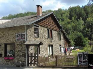 Charmante maison trois façades en pierres du pays agréablement située à Maboge en bordure de l'Ourthe. Cette habitation of