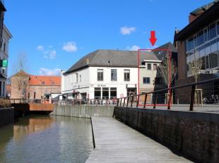 Achter het stadhuis, midden in het centrum van Diest, vindt u deze ruime handelszaak op het gelijkvloers met daarboven een appartement/woning met 4 sl