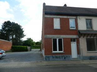 Woning met 3 slaapkamers in het centrum van Molenstede. De INDELING:- Kelder: deels onderkelderd - Gelijkvloers: inkomhal, woonkamer, open keuken, bad