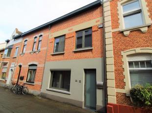 Luxueus afgewerkte stadswoning met 3 slaapkamers nabij het WarandeparkDe INDELING:Gelijkvloers: inkomhal, woonkamer, eetkamer met open keuken (gasvuur