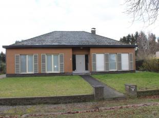 Mooie, tijdloze villa met rustige ligging op een terrein van 12 are nabij het centrum van Tessenderlo.De INDELING:Gelijkvloers: inkomhal met apart toi