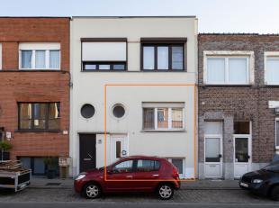 Deze confortawoning is volledig gerenoveerd in 2011 en is instapklaar. De woning is gelegen in een gezellige woonwijk vlakbij tram en bus.  De woning