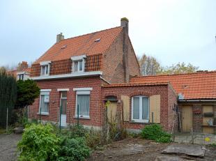 Kloeke, op te frissen woning met grote tuin op een boogscheut van het centrum van Rollegem. Op het gelijkvloers vinden we de woonkamer, bureau-ruimte,