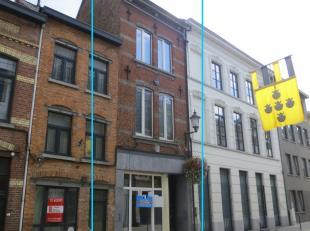 Building te centrum Diest, bestaande uit een handelspand en 3 woonentiteiten (2 studio's en een duplex appartement), allen vergund.<br /> <br /> Elk e