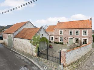 A proximité de Jodoigne, au centre du village de Lathuy, superbe fermette en pierre pleine de charme et très bien entretenue. Compositio