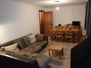 Appartement situé au 1er étage, dans le centre d'Auvelais, en retrait de la rue.<br /> Vous pourrez profiter à la fois de toutes