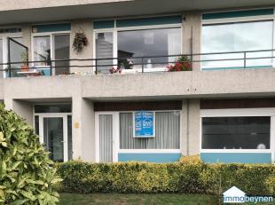 Gelijkvloers appartement, zeer goed gelegen. Op 50 m van supermarkt Carrefour, 500 m van het centrum, 500 m van het station , nabij een bushalte en sc