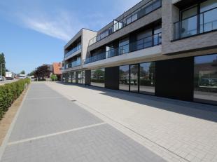 Op de N9 tussen Gent en Eeklo te Waarschoot ligt deze super gelegen handel, kantoor of praktijkruimte. Deze ruimte is 201,91m2 groot en wordt casco op