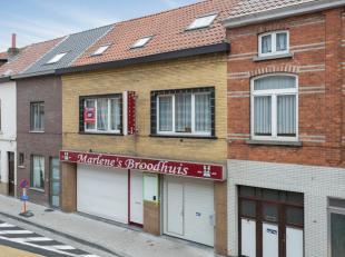 Dit pand is in zeer goede staat van onderhoud en omvat op het gelijkvloers: mooie moderne ingerichte winkel met koeltoog (45m²), met aanpalend ee