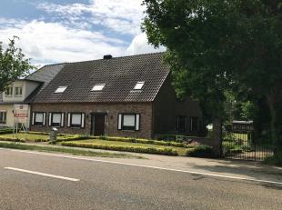 De woning is gelegen op de Breeërweg te As, verbindingsweg tussen As en Opglabbeek, omgeven in het groen. Het perceel heeft een oppervlakte van 3
