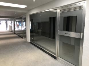 Het handelspand / kantoorruimte is gelegen in de vernieuwde galerij Claes, Stationsstraat te Genk. <br /> <br /> Het handelspand / kantoorruimte heeft