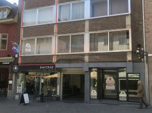 Deze woning is gelegen op de Stationsstraat 49 te Genk en  beschikt over :<br /> 1ste verdiep : inkom, woonkamer, keuken, toilet en terras<br /> 2de v