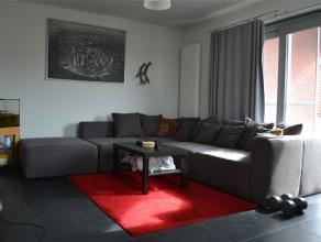 Mooi duplex appartement met 1 slaapkamer en leuk terras. Inkomhal met op de 1e verdieping de slaapruimte met annex, een douchekamer met lavabo en toil