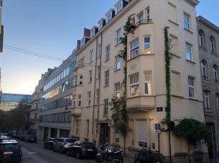 Mooi instap klaar appartement op de 1ste verdieping van een goed onderhouden appartementsgebouw. Inkom met vestiaire en toilette. Een grote master bed
